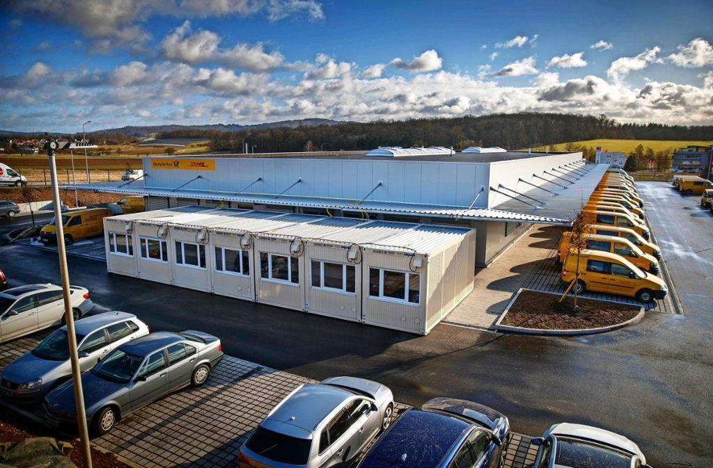 """Mehrere Mitarbeiter am neuen Stützpunkt der Post in Backnang sind zurzeit neben dem Gebäude in Container """"ausgelagert"""" Foto: Gottfried Stoppel"""