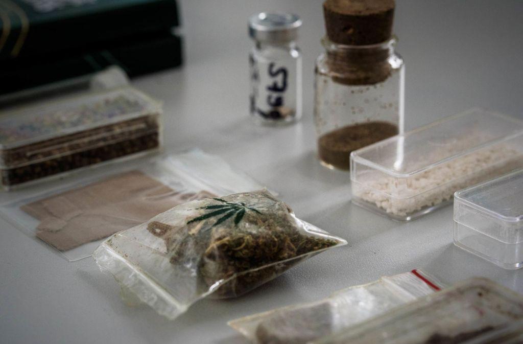 Zwei Päckchen mit Marihuana fanden Beamten, die der Mann auf seiner Flucht fallen ließ. Foto: Phillip Weingand / STZN/geschichtenfotograf.de