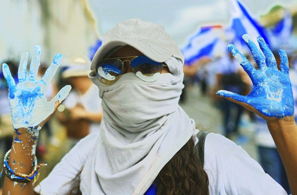 Proteste in den Nationalfarben Blau und Weiß: In  Managua gehen junge Leute gegen Präsident Ortega auf die Straße. Foto: AFP