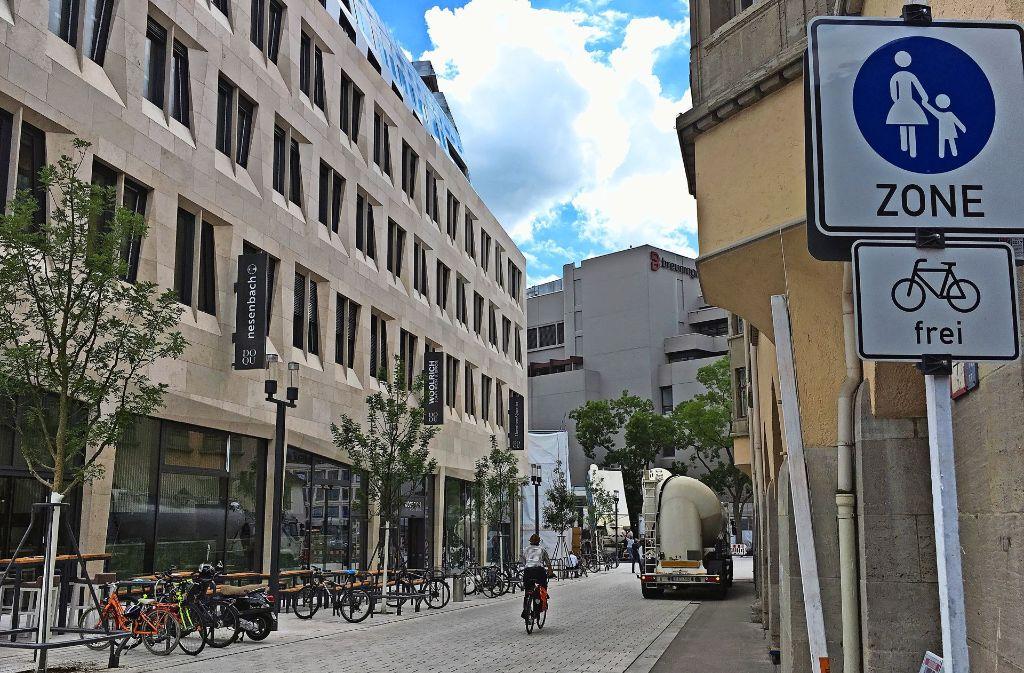 Fußgängerzone? Einige Radler und Fußgänger stört es, dass dort Baufahrzeuge  auch außerhalb der genehmigten Zeiten fahren. Foto: Nina Ayerle