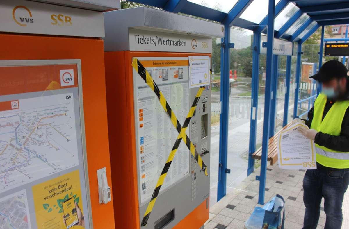 """Ein Aktivist beklebt einen Ticket-Automaten. Foto: """"Kostenloser ÖPNV in Stuttgart"""""""