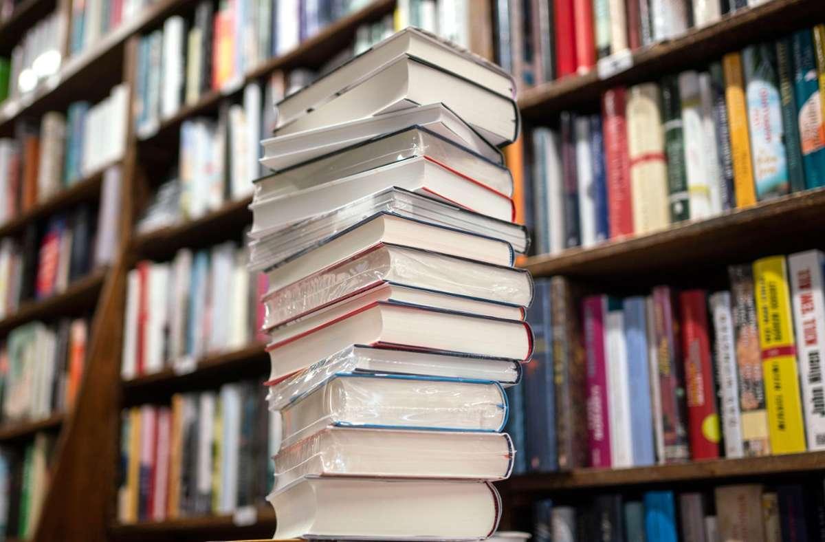 Die Spitze des Bücherbergs: wer gewinnt den Deutschen Buchpreis? Foto: dpa/Frank Rumpenhorst