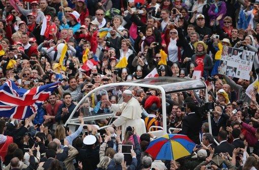 Papst Franziskus spricht Vorgänger heilig