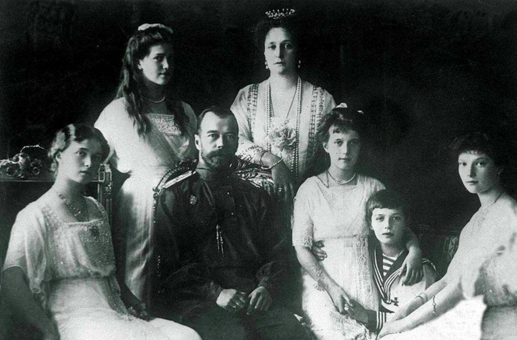 Der letzte russische Zar Nikolaus II., seine Frau Alexandra und die Kinder (von links nach rechts) Olga, Maria, Anastasia, Zarewitsch Alexej und Tatjana Foto: dpa