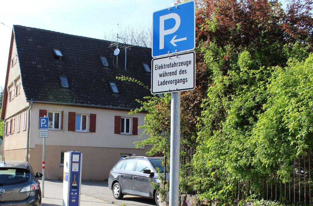 Das Schild lässt keine Fragen offen: An Ladesäulen darf nur während des Ladevorgangs geparkt werden. Foto: Jacqueline Fritsch