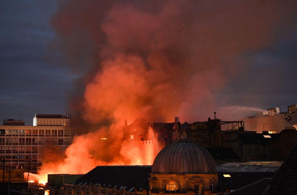 In der Nacht auf Samstag hat der Großbrand in der Kunsthochschule von Glasgow die Feuerwehr in Glasgow in Atem gehalten. Foto: Getty Images Europe