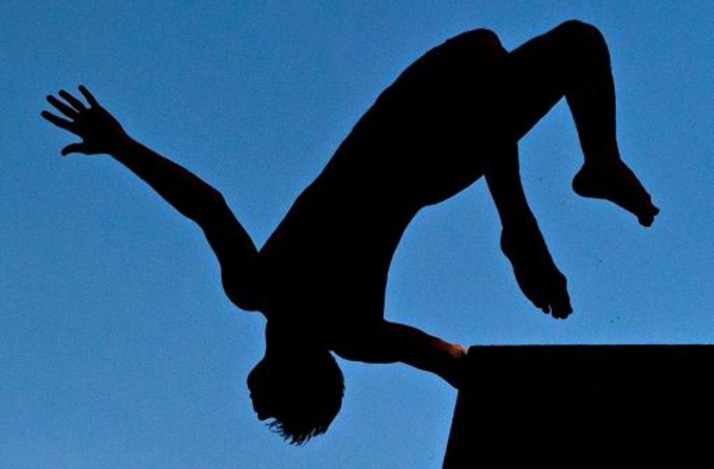 Bei einem Kopfsprung in ein leeres Schwimmbecken hat ein betrunkener 26-Jähriger in Hofstetten schwere Verletzungen erlitten. (Symbolfoto) Foto: dpa