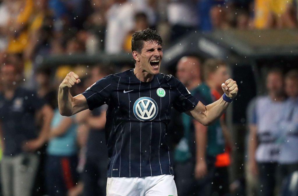Braunschweig 2017: Mario Gomez feiert mit dem VfL Wolfsburg den Erfolg in der Relegation. Foto: AFP