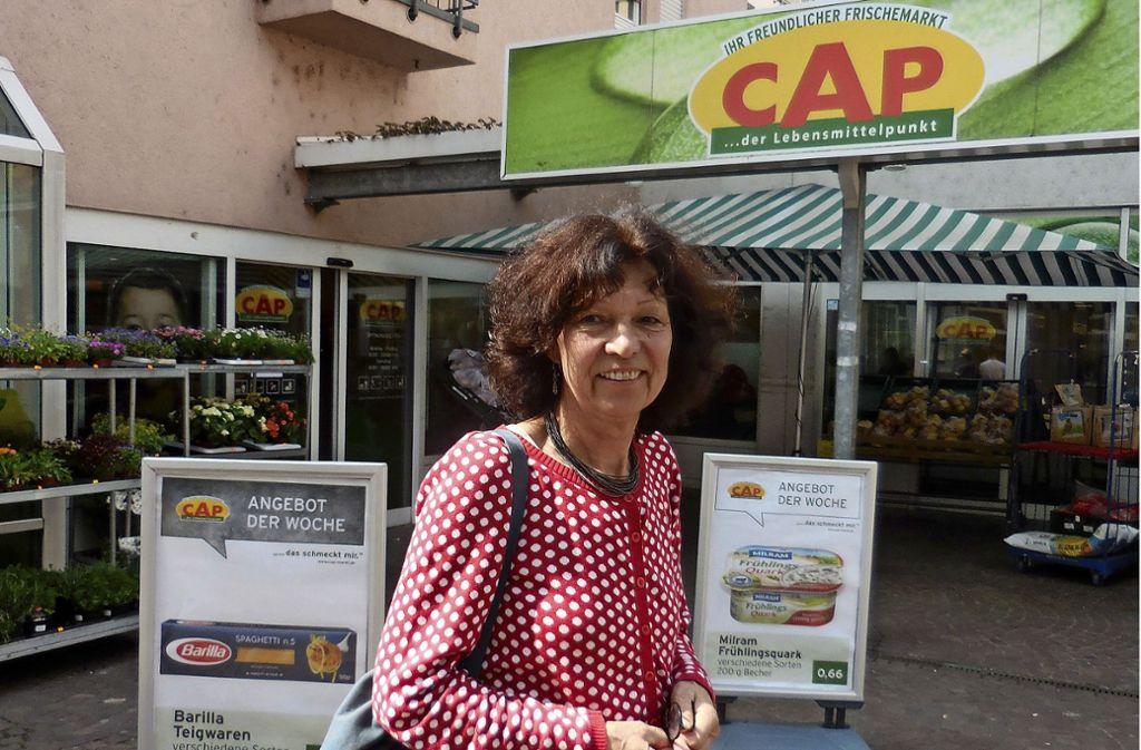 Silvia Rienhardt vor dem Cap-Markt in Obertürkheim. Foto: Hauptmann