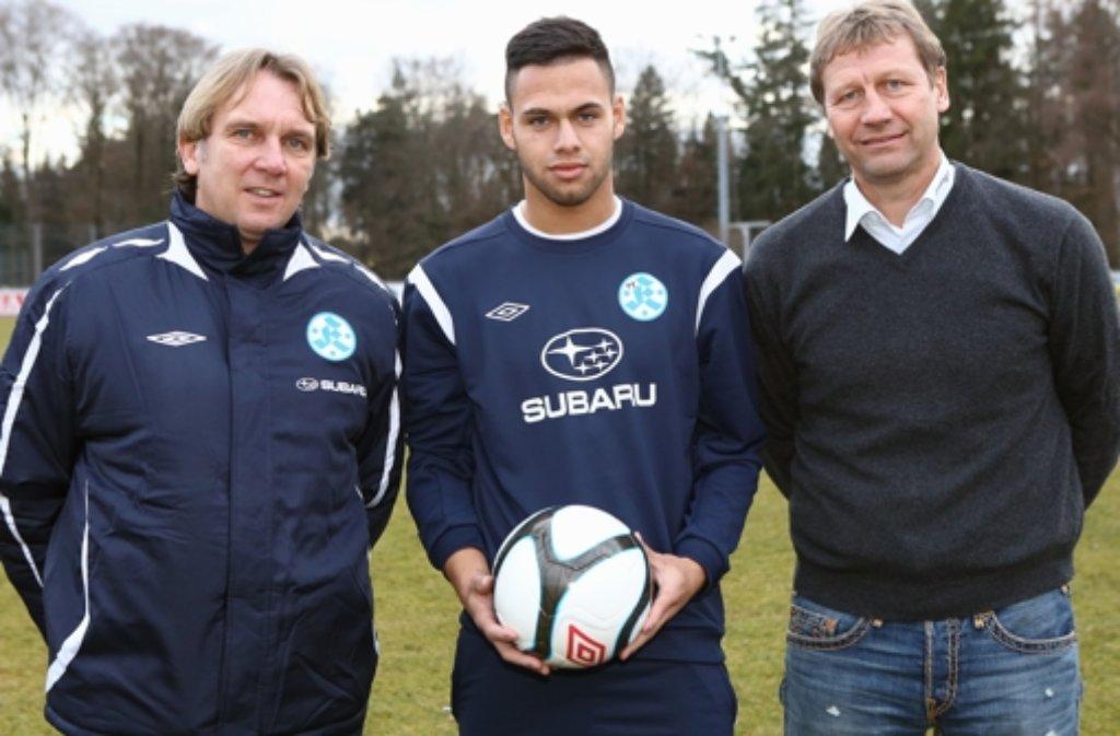 Der neue Kickers-Trainer Gerd Dais (l.) und Stürmer Daniel Engelbrecht (Mitte) kennen nur ein Ziel: Klassenerhalt. Foto: Baumann
