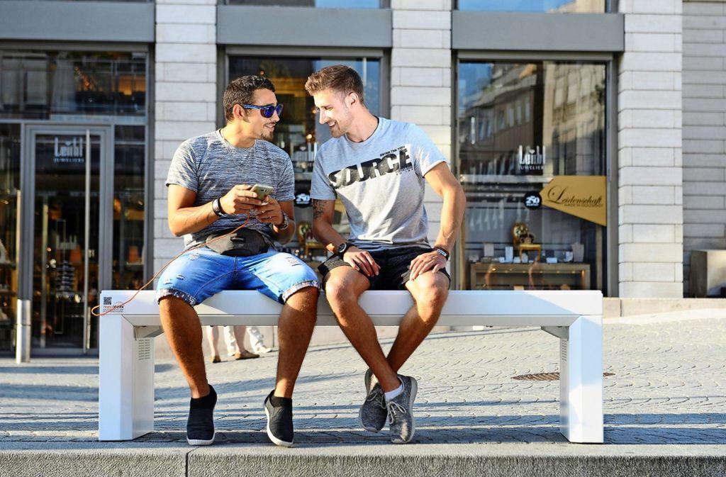 Bis zu vier Leute können gleichzeitig an dem Möbelstück ihren Handy-Akku aufladen. Foto: Firma Messwerk (z)