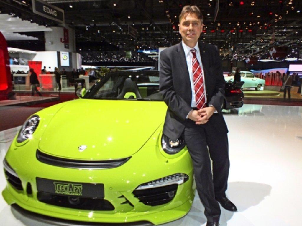 Der Höfinger Sportauto-Tuner Thomas Behringer mit einem umgebauten 911er auf dem Genfer Automobilsalon. Foto: Rafael Binkowski