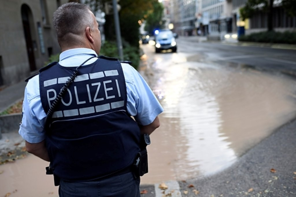 Knöcheltief steht auf der Rotebühlstraße im Stuttgarter Westen das Wasser. Foto: www.7aktull.de | Oskar Eyb