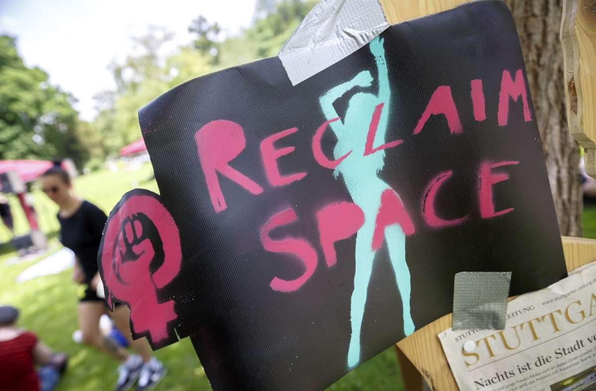 """""""Wir erkämpfen uns die Stadt zurück!"""" war das Motto der Aktion des Frauenkollektivs Stuttgart. Foto: Lichtgut/Julian Rettig"""