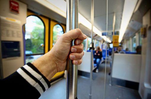Polizistin belauscht Drogendealer in der Bahn