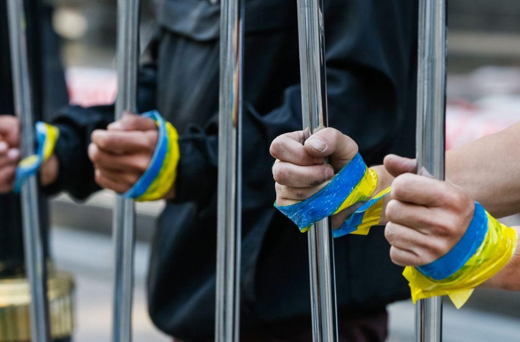 Ukrainischen Medienberichten zufolge hatte es vor dem Gebäude des ukrainischen Fernsehsenders TV Inter am Sonntagnachmittag eine Protestaktion mit rund 20 Teilnehmern gegeben, die Reifen in Brand steckten. (Symbolbild) Foto: EPA