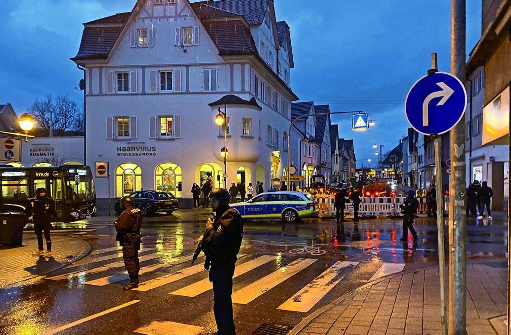 Schwer bewaffnete Einsatzkräfte sichern die  Straßen der  Plochinger Innenstadt. Auch  die Anwohner kamen nicht mehr in ihre Häuser. Foto: /7aktuell|Simon Adomat