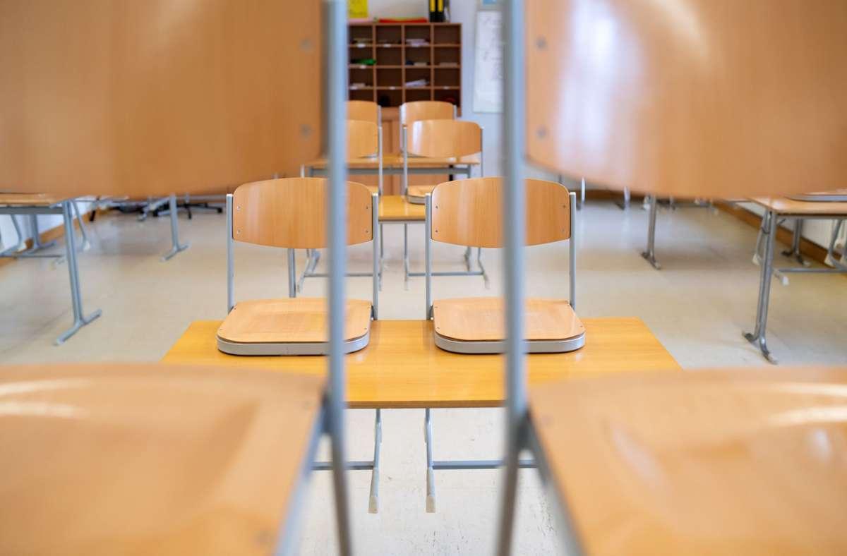 Ein leeres Klassenzimmer ist in einer Mittelschule zu sehen. Weniger Treffen mit Freunden, kein regulärer Schulunterricht: Die Corona-Pandemie belastet einer Studie zufolge viele Kinder und Jugendliche in Deutschland. Foto: Sven Hoppe/dpa