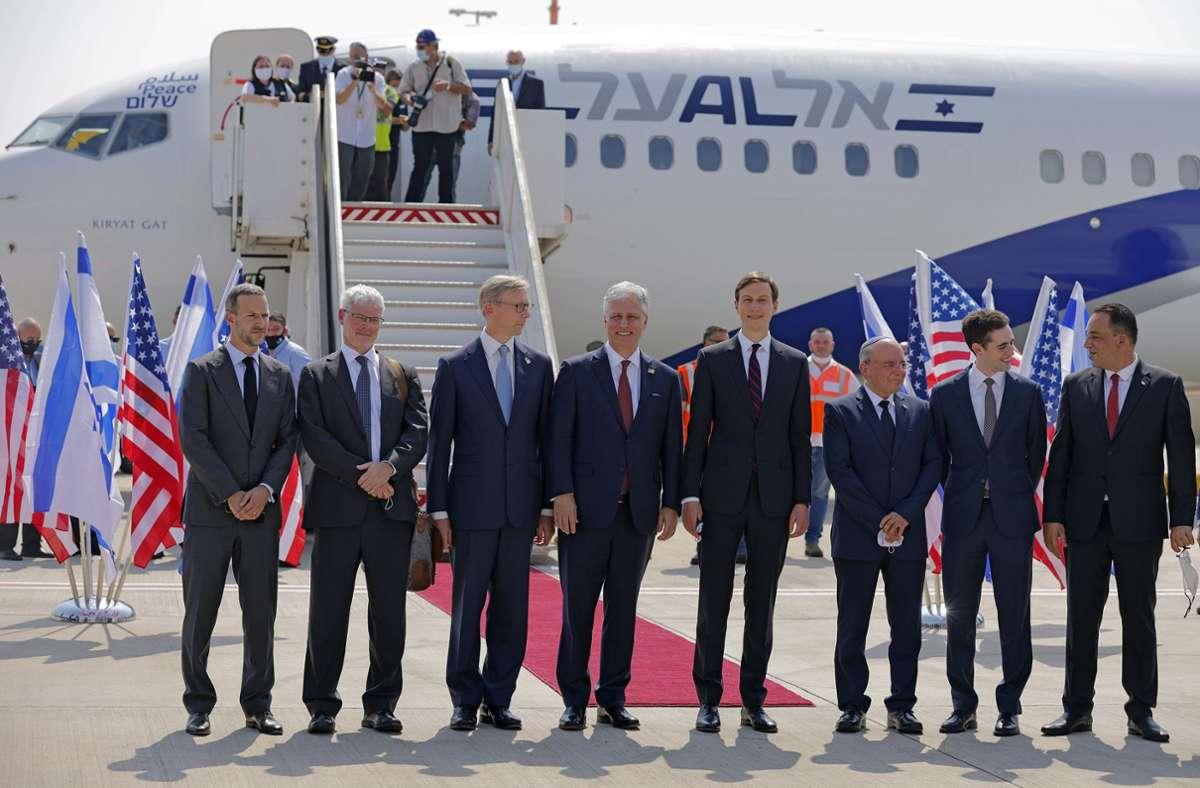 Mitglieder der israelisch-amerikanischen Delegation vor dem Abflug nach Abu Dhabi mit einer Passagiermaschine der israelischen Fluggesellschaft El Al Foto: dpa/Menahem Kahana