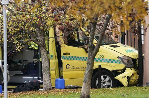 Mann fährt mit  Krankenwagen mehrere Menschen an