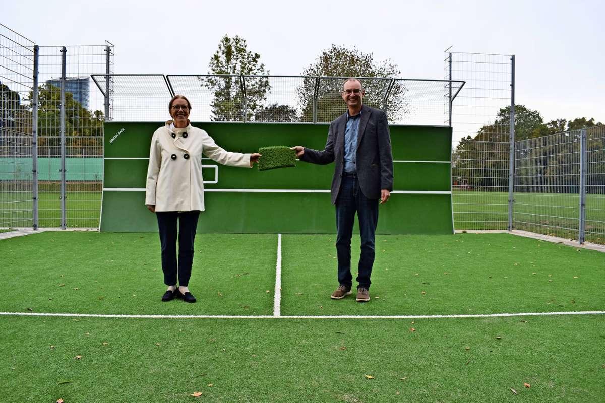 Brigitte Preuß (Vertreterin der Allianz) und Markus Löwe (NLV-Vorsitzender) haben allen Grund zum Strahlen. Foto: Patrick Steinle
