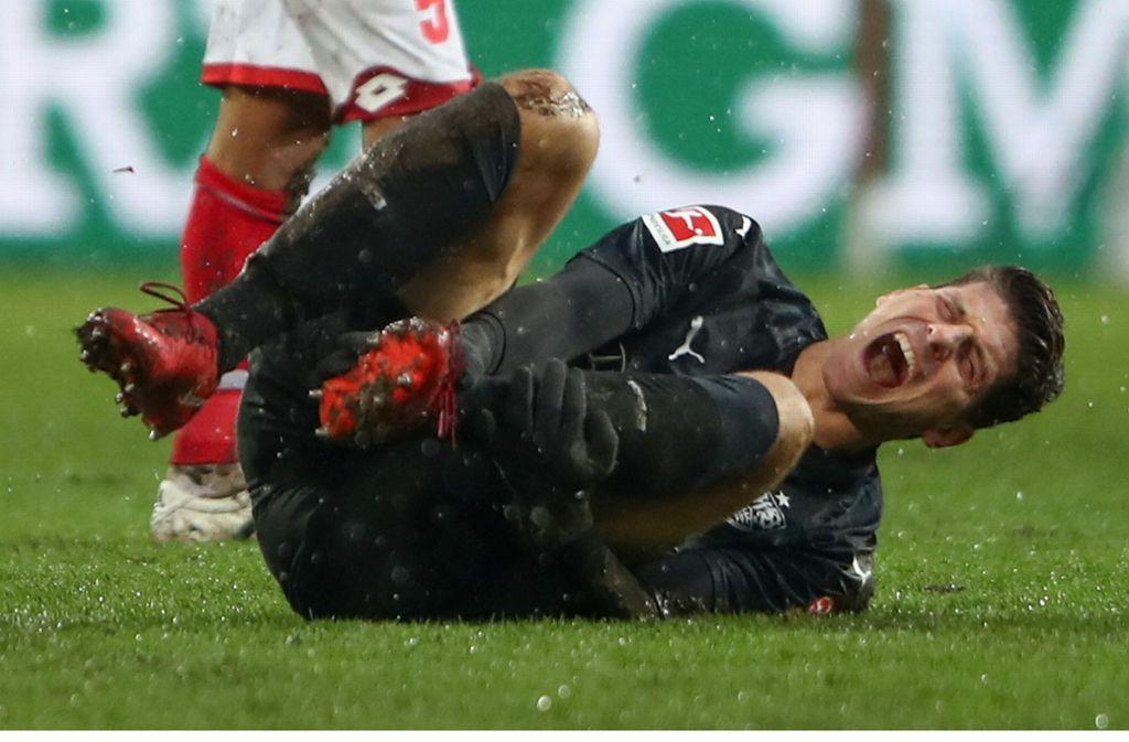 VfB-Stürmer Mario Gomez musste in Mainz verletzungsbedingt ausgwechselt werden. Weitere Spielszenen sehen Sie in unserer Fotostrecke. Foto: Bongarts