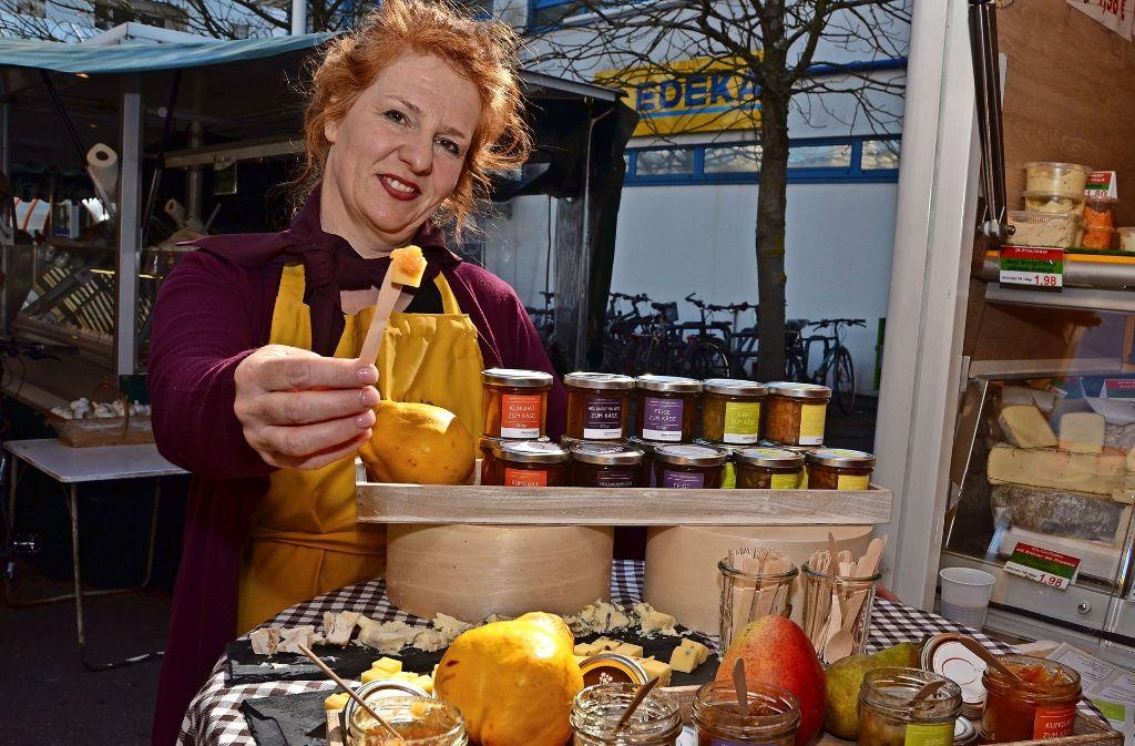 Tanja Leis bietet ihre Käsemarmelade auch auf den Wochenmärkten in Gablenberg, Untertürkheim, Heslach, Vaihingen oder wie hier  in Sillenbuch an Foto: Fatma Tetik
