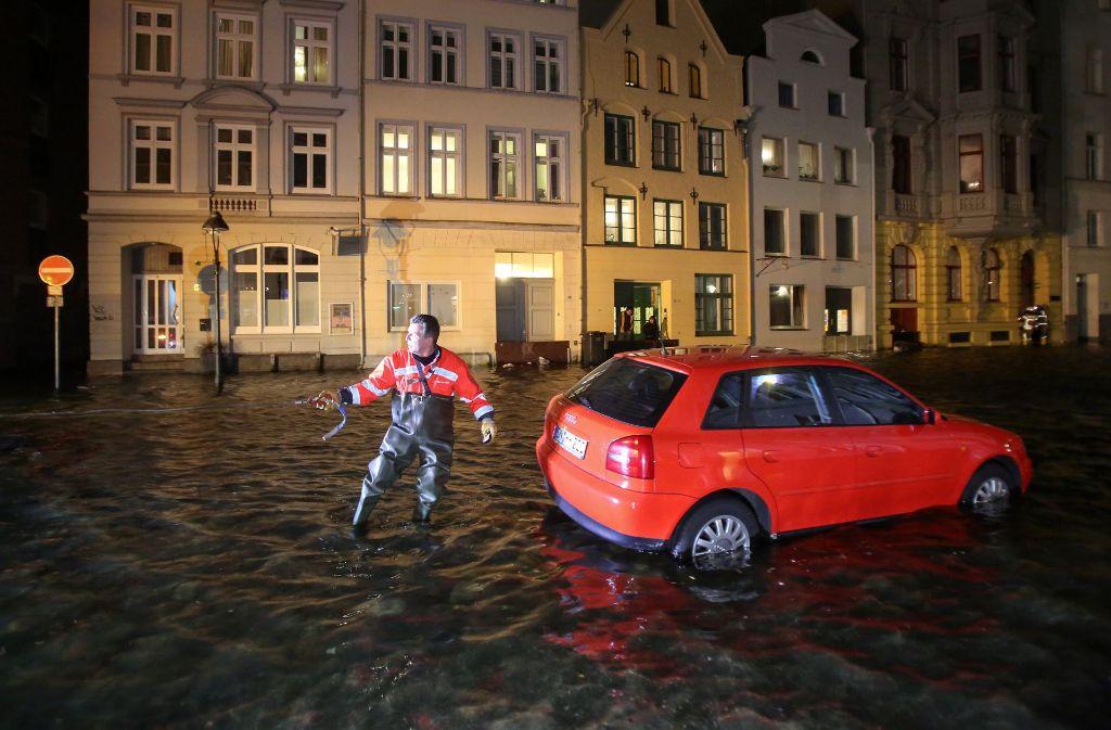 In Lübeck muss ein Auto abgeschleppt werden. Foto: dpa
