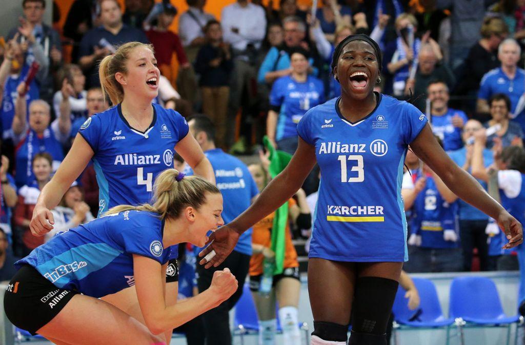 Krystal Rivers (rechts) und ihre Teamkolleginnen sind Deutscher Meister. Foto: Pressefoto Baumann