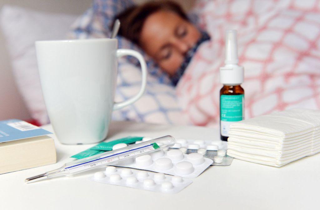 Wer krank ist, gehört ins Bett. Das ist klar. Bei der Grippeschutzimpfung scheiden sich die Geister. Foto: dpa
