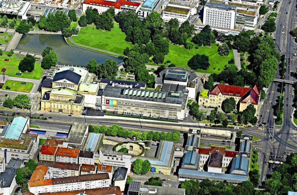 """Das """"Katzenstift"""" (rechts) steht der Oper (links) an der Kulturmeile nicht im Weg: Nach dem Willen der Ratsmehrheit bleibt das Gymnasium an Ort und Stelle. Foto: Achim Keiper"""