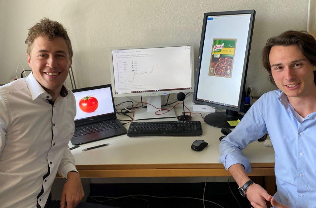 Jan Swiatkowski (links) und Marius Puke von der Universität Hohenheim. Sie warnen, dass die Inflationsgefahr höher liegt, als durch den statistischen Warenkorb abgebildet. Foto: Universität Hohenheim