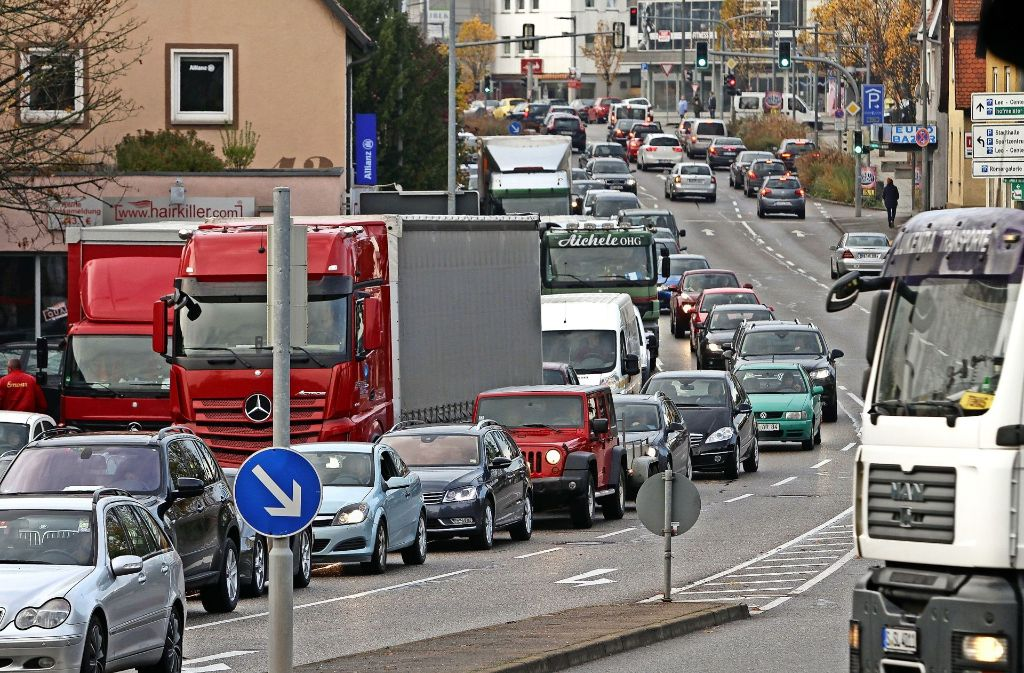 Ein gewohntes Bild: Stau in der Leonberger Stadtmitte zwischen Hallenbad und Rathaus. Foto: factum/Bach