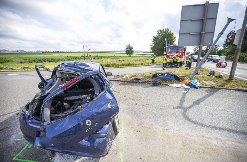 Der Fahrer des Renault wird bei dem Aufprall aus dem Wagen geschleudert. Foto: 7aktuell.de/Simon Adomat