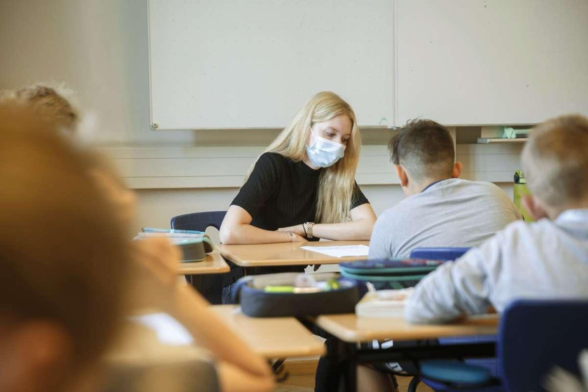 Anja Schneider arbeitet für die Lernbrücken und unterstützt hier einen Schüler der 5. Klasse am Königin-Katharina-Stift. Foto: Lichtgut/Julian Rettig