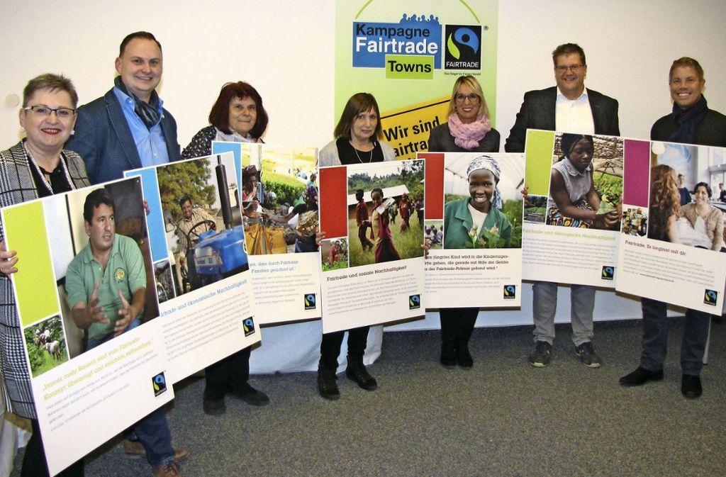 Bezirksvorsteherin Renate Polinski (links) mit der Fairtrade-Steuerungsgruppe. Foto: ede