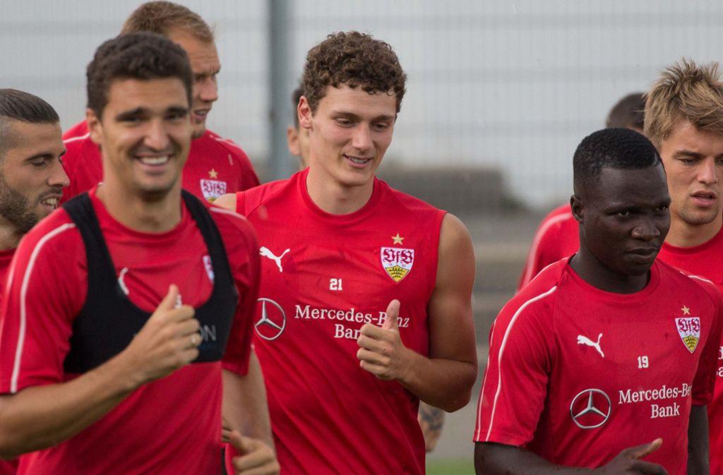 Seit Mittwoch wieder im Kreise der Mannschaft des VfB Stuttgart: Weltmeister Benjamin Pavard (Mi.) Foto: StZN