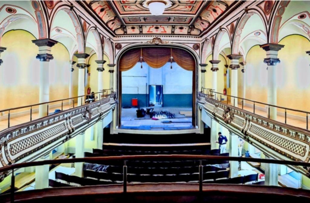 Letzte Ausbesserungsarbeiten vor der Eröffnung: das Königliche Kurtheater in Bad Wildbad erstrahlt wieder in seiner ganzen neubarocken Pracht. Foto: Achim Zweygarth