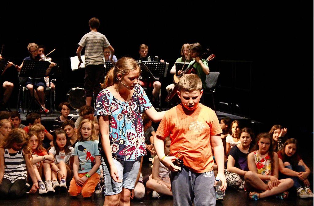 Die Schüler spielen,  singen  und musizieren auf großer Bühne. Foto: Nils Behr