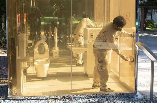 Hier sitzt man in durchsichtigen Toiletten