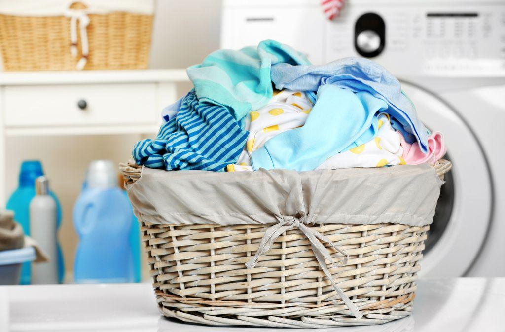 Mehrere Körbe helfen, die Wäsche schneller zu sortieren. Foto: Africa Studio / shutterstock.com