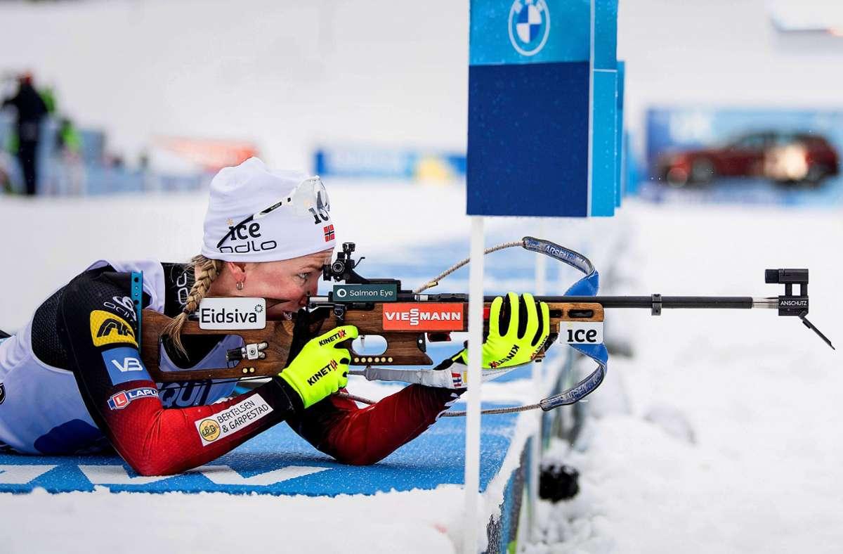 Die Norwegerin Marte Olsbu Röiseland liegt nicht nur am Schießstand, sondern auch in der Weltcup-Gesamtwertung in Führung. Foto: imago/JOEL MARKLUND