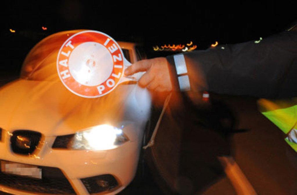 In Böblingen hat in der Nacht auf Donnerstag ein 18-Jähriger versucht, mit seinem Golf vor einer Polizeikontrolle zu flüchten. Wie sich später herausstellt, hatte der jungen Mann getrunken und Drogen genommen. (Symbolfoto) Foto: dpa