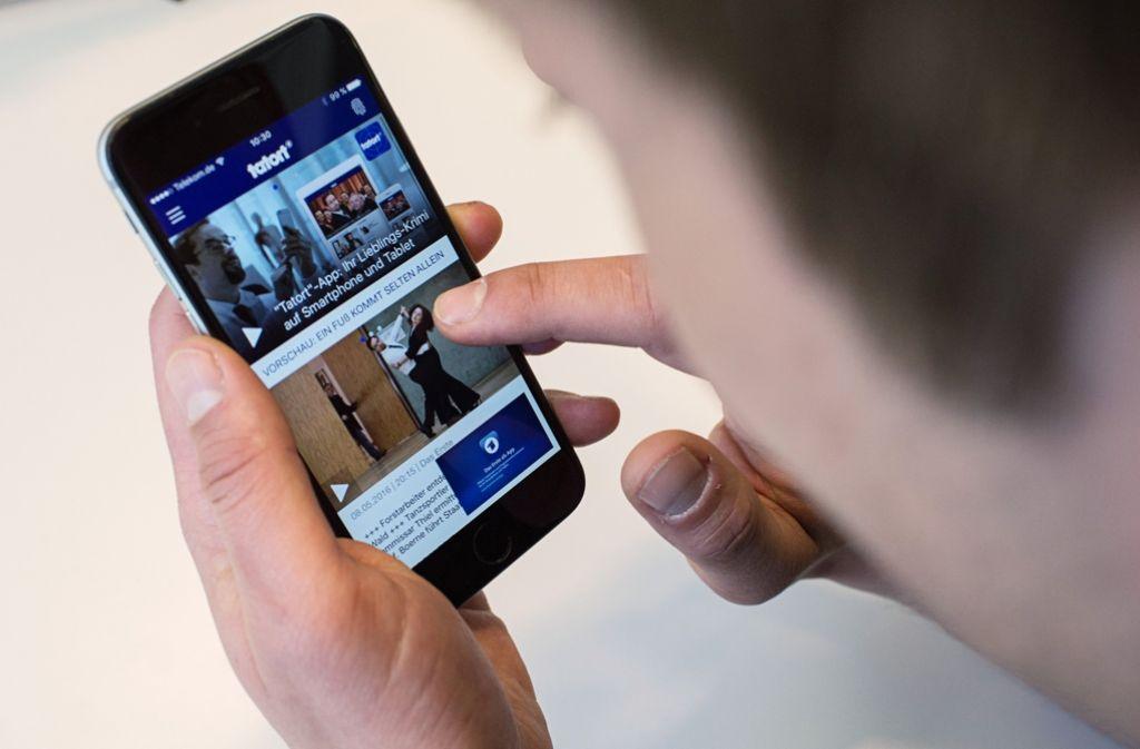 Auf dem Smartphone sollen auch Informationen zu freien Parkplätzen abgerufen  werden können. Foto: dpa
