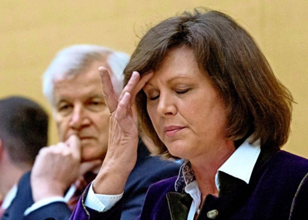 Horst Seehofer blickt so ratlos drein wie seine Wirtschaftsministerin Ilse Aigner: Wo soll es langgehen in Bayern? Foto: dpa