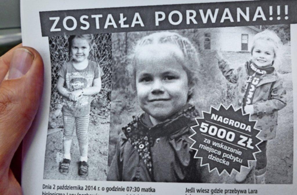 Mit Plakaten wie diesem sucht Thomas Karzelek in Polen nach seiner Tochter Lara. Foto: Tim Höhn