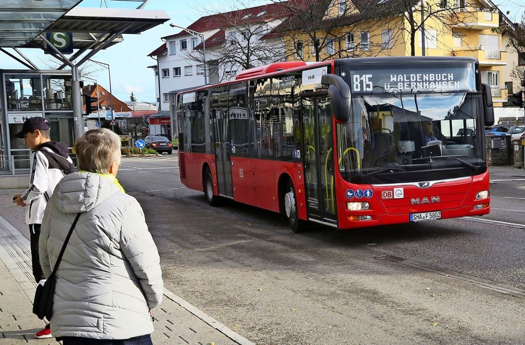 Die Busse der Linie 815 stecken immer wieder in Staus fest. Foto: Malte Klein