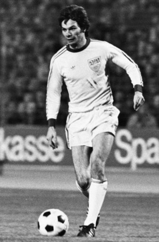 Hermann Ohlicher machte in der Abstiegssaison 1974/75 alle 34 Saisonspiele für den VfB. Dem damals 24-jährigen Stürmer gelangen sogar 17 Tore, mit denen er in der Torjägerliste hinter Jupp Heynckes (Gladbach), Dieter (Köln) und Gerd Müller (Bayern), Roland Sandberg (Lautern), Manni Burgsmüller (Essen) und Allan Simonsen (Gladbach) auf Platz sieben landete - doch auch Ohlichers Buden bewahrten den VfB nicht vor dem Abstieg.Hier die weiteren VfB-Spieler der Saison 1974/75: Foto: Pressefoto Baumann