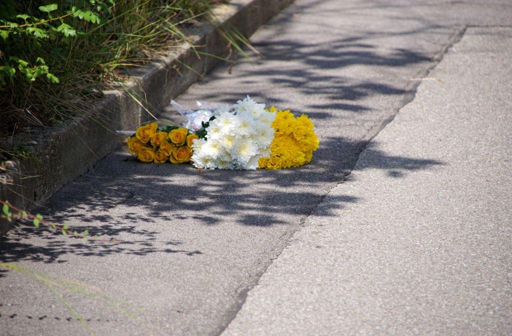 Anwohner haben Blumen am Tatort im Fasanenhof niedergelegt. Foto: