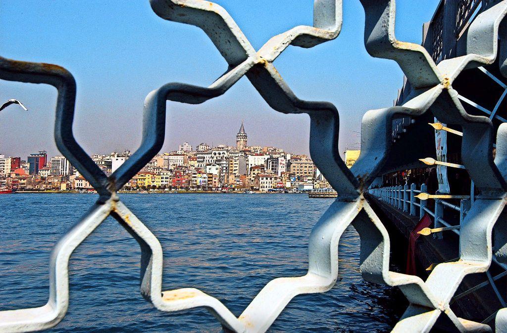 Blick vom Bosporus auf die Altstadt Istanbuls mit dem Galata-Turm Foto: Picture Alliance/Kunz